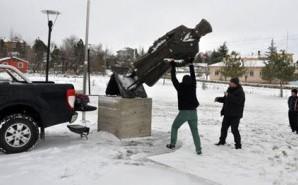 Atatürkün heykelini söküb apardılar