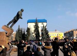 UKRAYNA'DA LENİN HEYKELLERİNİ DEVİRDİLER